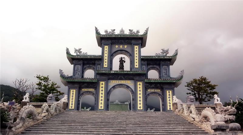 entrance-to-linh-ung-son-tra-pagoda-597