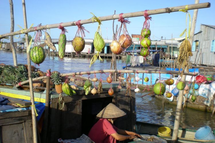 cai-be-floating-market-vietnam-travel-group-004