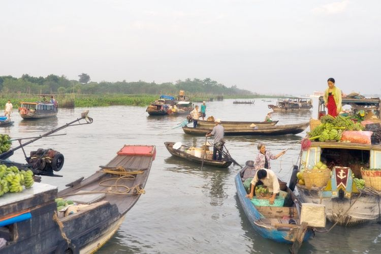 cai-be-floating-market-vietnam-travel-group-005